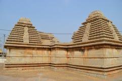 石寺庙在从古老期间的印度与明亮的蓝天在背景中 免版税库存照片