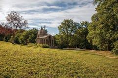 石小寺庙看法在日落的在植被中在博马尔佐公园  库存照片