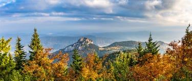石小的Rozsutec小山全景射击在秋天风景的 库存照片
