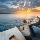 石岸和海滩在日出期间的巴塞罗那 免版税库存照片