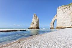 石峰岩石和自然曲拱在Etretat,法国 免版税库存照片