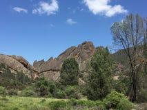 石峰有树和云彩的国家公园大砍刀里奇 免版税图库摄影