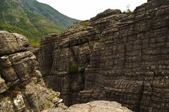 石峰步行和监视有惊人的看法 免版税库存照片
