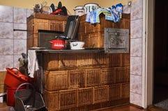 石工加热器在老厨房里 免版税库存照片