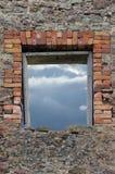 石工瓦砾破坏了土气石制品墙壁 库存照片