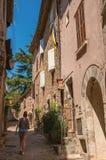 石房子和妇女一个胡同的在列斯弧苏尔Argens 免版税库存照片