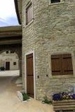 石房子在山意大利人房子里 库存图片