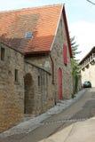 石房子在巷道 免版税库存照片