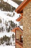 石房子的片段一个山坡的在冬天 免版税库存图片