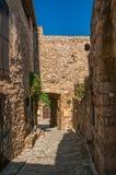 石房子看法一个狭窄的胡同的在列斯弧苏尔Argens的蓝天下列斯的弧苏尔Argens 库存照片
