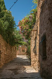 石房子看法一个狭窄的胡同的在列斯弧苏尔Argens的蓝天下 图库摄影