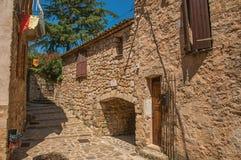 石房子看法一个狭窄的胡同的在列斯弧苏尔Argens的蓝天下 免版税库存图片