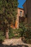 石房子看法一个狭窄的胡同的在列斯弧苏尔Argens 库存图片