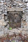 石房子破坏与生长的植物的窗口开头里面 免版税库存图片