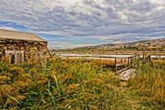 石房子介于中间的芦苇。HDR图片 库存照片