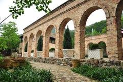 石曲拱和墙壁 免版税库存图片