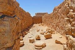 石曲拱在马萨达古老堡垒的废墟的屋子里一座山的在以色列的南部的死海附近 库存照片