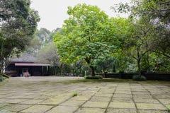 石板在古老中国大厦前的被铺的庭院 免版税库存图片