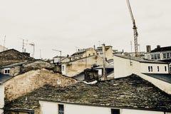 石板屋顶的看法在欧洲城市 库存照片