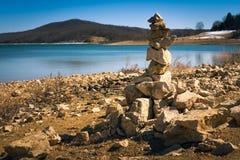 石标和石头 在冬天太阳的水库下午 库存图片