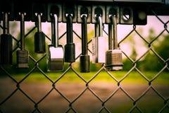 石标和石头 水库下午把它全部关在外面的挂锁篱芭或 免版税库存图片