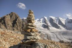 石标在有冰川的在背景中,瑞士阿尔卑斯 库存图片