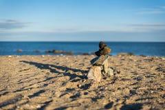 石标在海滩的岩石堆 免版税库存图片