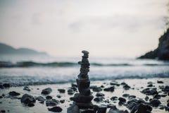 石标或者堆在海滩的石堆 免版税图库摄影