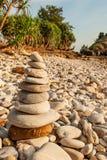 石标禅宗凝思,石头在石海滩,热带树平衡,并且山弄脏了背景 朗塔海岛,泰国 免版税库存图片
