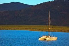 石标被停泊的筏港口 图库摄影