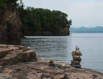 石标,被堆积的石头,在湖岸 免版税库存图片