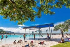 石标;澳大利亚- 2017年4月17日 t的热带游泳盐水湖 库存图片