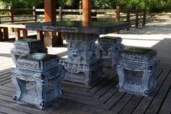 石桌和石头长凳 免版税图库摄影