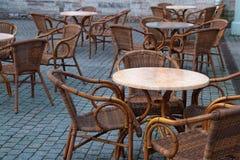 石桌和街道咖啡馆木椅子  库存图片
