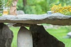 石桌在其中一个喀尔巴阡山脉的村庄中 图库摄影