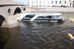 石桥梁、小船和河的看法 免版税库存照片