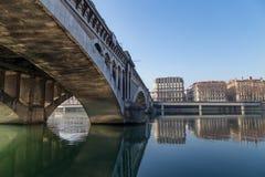 石桥梁和城市大厦 免版税库存照片