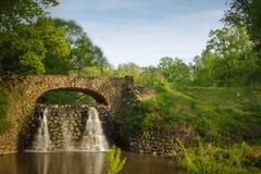 石桥梁和瀑布在Reynolda庭院里 免版税图库摄影