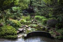石桥梁在中国庭院里 库存图片