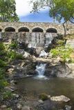 石桥梁在高地公园在曼彻斯特,康涅狄格落 免版税库存图片
