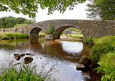 石桥梁在Dartmoor国家公园在英国 库存照片