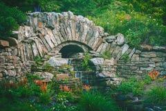 石桥梁庭院瀑布 库存照片