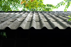 石棉背景青苔老雨屋顶 图库摄影
