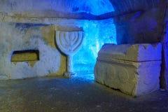 石棺和被雕刻的犹太教灯台,在赌注Shearim国立公园 库存图片