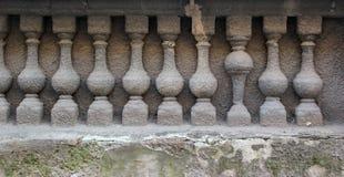 石楼梯栏杆浅浮雕与被倒置的一个细长立柱的 免版税库存照片