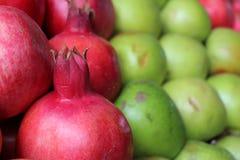 石榴和绿色苹果 免版税库存图片