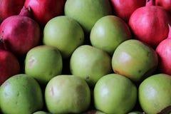 石榴和绿色苹果 免版税库存照片