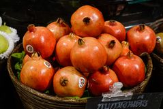 石榴在水果市场上 免版税库存照片