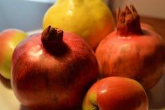石榴是有用的果子 从角落的看法 一个美好和自然图象 免版税库存照片