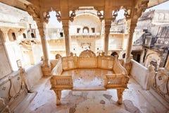 石沙发在17世纪宫殿的眺望台雕刻了 库存照片